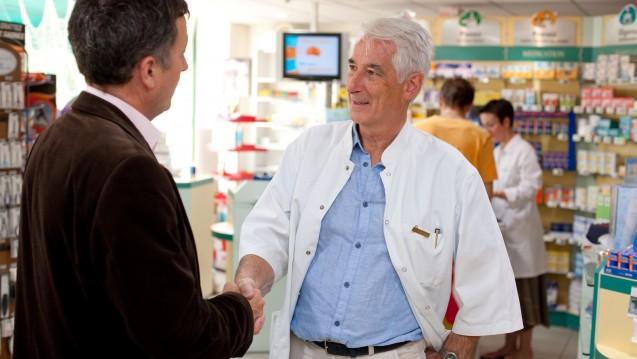 In der aktuellen AZ geht es um die Frage, warum und wie Apotheker Pflichtmitglied in der Krankenversicherung der Rentner werden sollten. (Foto: dpa)