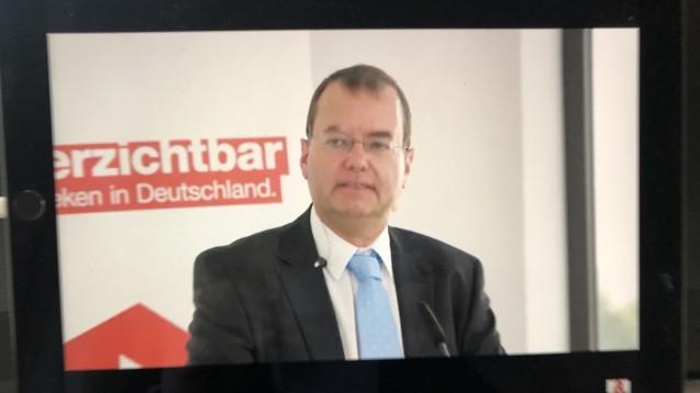 Eckart Bauer, ABDA-Abteilungsleiter Wirtschaft und Soziales, stellte bei der Wirtschaftskonferenz die aktuellen Wirtschaftszahlen der Apotheken vor. (c / Foto: DAZ.online)