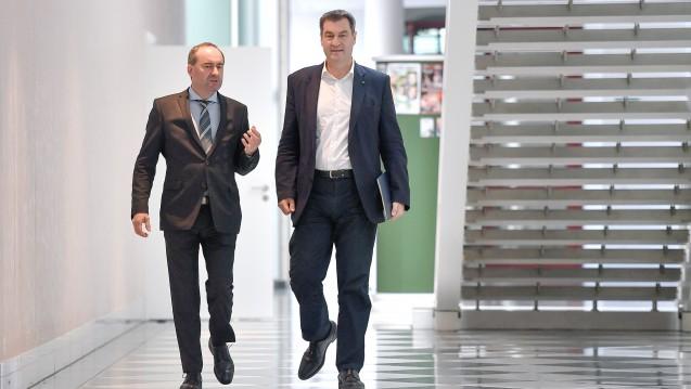 Bayern für eine bessere Marktüberwachung im E-Commerce: WirtschaftsministerHubert Aiwanger (Freie Wähler, links im Bild) hat einen entsprechenden Antrag ausgearbeitet, und Ministerpräsident Markus Söder (CSU) hat ihn in den Bundesrat eingebracht. (m / Foto:imago images / Sven Simon)