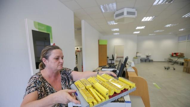 Bitteres Ende:Apothekerin Angelika Zipplies aus Chemnitz packt die letzten Dinge zusammen. (Foto: Toni Söll)