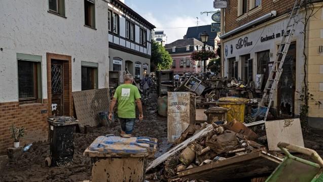 Das Hochwasser hat verheerende Verwüstungen angerichtet. Der Deutsche Apotheker Verlag hilft betroffenen Apotheken. (Foto: IMAGO / Hannes P. Albert)
