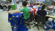 Wird die Bonner Fahnenfabrik BOFA-Doublet GmbH zukünftig vermehrt EU-Flaggen nähen – und seltener den Union Jack? (Foto: dpa / picture alliance)