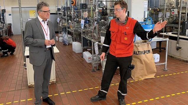 Der angehende Chemikant Sebastian Kuhl (r.) erklärt Bürgermeister Erwin Esser (SPD) die Desinfektionsmittelproduktion im Bildungszentrum der Shell Rheinland Raffinerie. ( r / Foto: Shell)