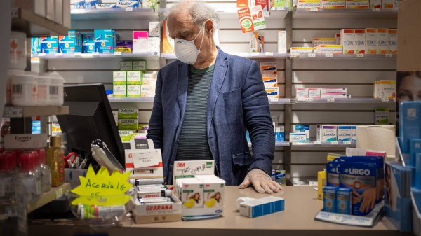 Apotheker dürfen Rezepte verlängern und verteilen Schutzmasken
