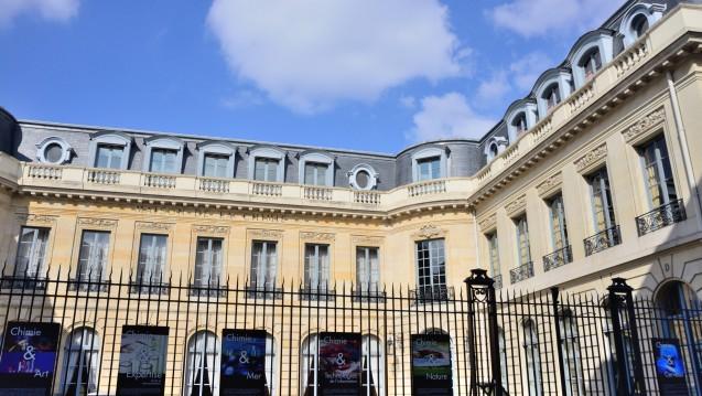 """Nur weiße Wolken über dem """"Maison de la Chimie"""" in Paris, während drinnen über Gewitter gesprochen wird: Vertreter französischer Auftragsforschungsinstitute diskutierten vergangene Woche über Lehren aus dem Zwischenfall in Rennes. (Fotos: hfd / DAZ.online)"""
