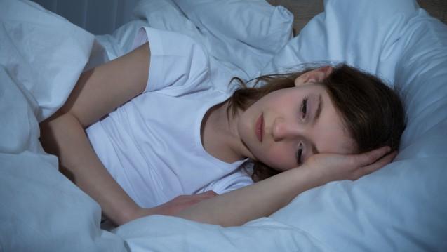 Einschlafstörungen bei Schulangst? Welche Möglichkeiten bietet die Apotheke? (Foto: Andrey Popov / stock.adobe.com)