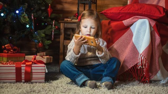 Ein Smartphone für die Kinder zu Weihnachten? Das birgt nicht nur zwischenmenschliches Konfliktpotenzial. (Foto: Anatoly Tiplyashin / stock.adobe.com)