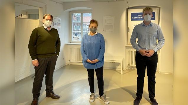 Benedikt Bühler (rechts) mit der designierten Vorsitzenden des Landesapothekerverbands Baden-Württemberg, Tatjana Zambo, und Andreas Arzt, Geschäftsführer der Plattform apo-schnelltest.de. (Foto: Cornelia Neth)