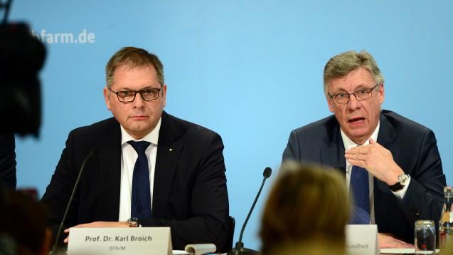 BfArM-Präsident Karl Broich und Gesundheits-Staatssekretär Lutz Stroppe sind überzeugt: Das Cannabis-Gesetz ist ein wichtiger Schritt, um das Leid von Patienten zu lindern. (Foto: dpa)