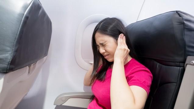 Einige Menschen leiden während der Start- und Landephase an einem unangenehmen bis schmerzhaften Druckgefühl im Ohr. (s / Foto:ryanking999 / stock.adobe.com)