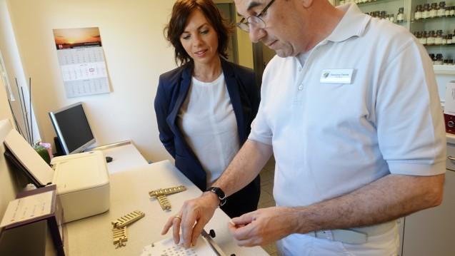 Apotheker Hansjörg Fabritz zeigt Brandenburgs Gesundheitsministerin Susanna Karawanskij, wie individuelle Kinderarzneimittel hergestellt werden. (c / Foto: Sket)