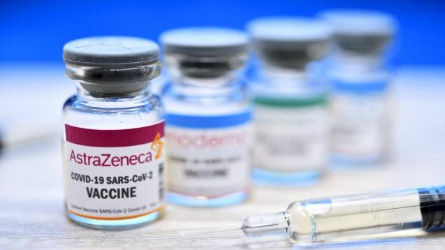 Der im Vergleich preiswertere Corona-Impfstoff von AstraZeneca kann im Gegensatz zu dem von Biontech/Pfizer und Moderna bei normaler Kühlschranktemperatur für sechs Monate gelagert werden. (Foto: imago images / Christian Ohde)