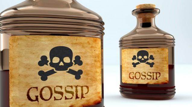 """Im Englischen """"Gossip"""" im Deutschen """"Tratsch"""" – wo gelästert wird, kann sich die Arbeitsatmosphäre schnell vergiftet anfühlen. (Foto: GoodIdeas / stock.adobe.com)"""