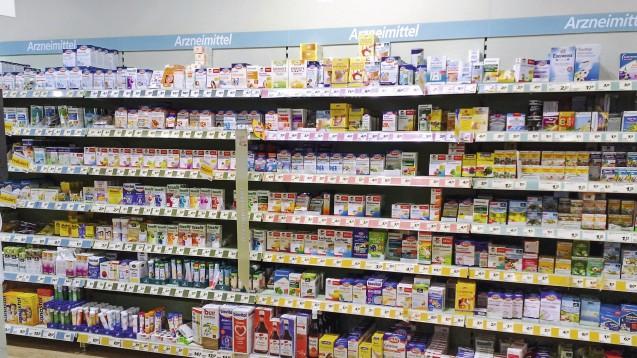 """Verwirrspiel: Obwohl """"Arzneimittel"""" darüber steht, befinden sich mitnichten nur Arzneimittel in diesem Regal (Foto: Angela Clausen / Verbraucherzentrale NRW)"""