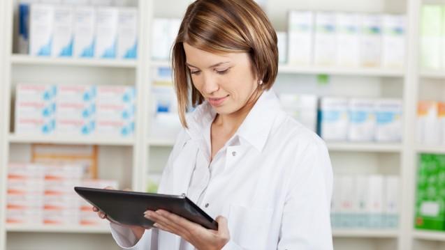 Auf dem Tablet können sich Apotheken auf eine Beratung vorbereiten - und sie später auch abrechnen. (Foto: Contrastwerkstatt/Fotolia)