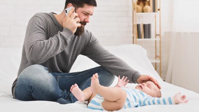 Gerade wenn die Kinder klein sind, fragen die jungen Eltern lieber bei Arzt und Apotheker um Rat, bevor sie selbst im Internet nach Gesundheitsinformationen suchen, oder? (c / Foto:Prostock-studio / stock.adobe.com)