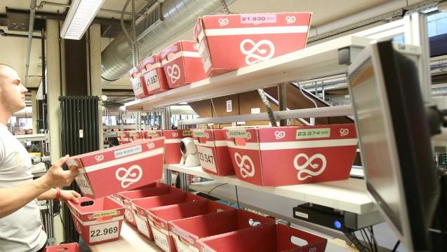 Hier werden die Apo-Rot -Kisten noch in Hamburg gepackt, künftig wird aus Holland versendet. (Foto: dpa)
