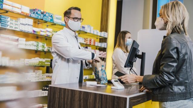 Im Februar waren Erkältungspräparate Ladenhüter. Dafür waren FFP2-Masken und Schnelltests gefragt. Letztere bietet allerdings nicht jede Apotheke, zur Laienanwendung gab es sie im Februar ohnehin noch nicht.  (Foto: IMAGO / Westend61)