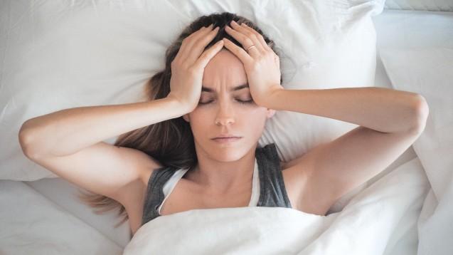 In den USA wurde eine neue Tablette gegen Migräne zugelassen: Könnte Migräne-Patienten bald auch in Deutschland ein neues Präparat in der akuten Therapie der Migräne helfen? (b/Foto: ALDECAstudio / stock.adobe.com)
