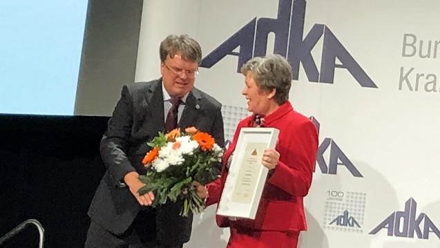 Niedersachsens Kammerpräsidentin Magdalene Linz erhält von ADKA-Präsident Prof. Frank Dörje die Ehrennadel des Bundesverbandes der Deutschen Krankenhausapotheker. (Foto: cel)
