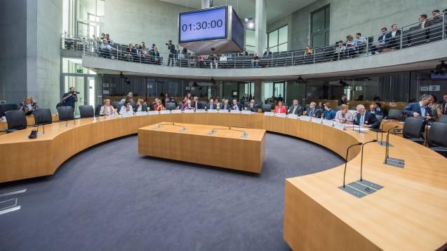 Am morgigen Mittwoch steht das Arzneimittelpaket von Jens Spahn im Mittelpunkt einer öffentlichen Anhörung im Gesundheistausschuss des Bundestages. ( r / Foto: imago)