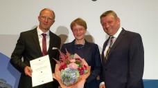 Gesundheitsminister Gröhe (re.) auf der Mitgliederversammlung des BAH. Mit dem Selbstmedikationspreis ausgezeichnet wurde Prof. Dr. Marion Schaefer. BAH-Vorstandsvorsitzender Jörg Wieczorek überreichte den Preis. (Foto: DAZ/diz)