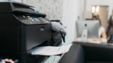 TeleClinic-Rezepte, die per Fax in den Offizinen eintreffen, dürfen die Apotheker nicht beliefern, stellt die ABDA klar. (m / Foto: imago images / Panthermedia)