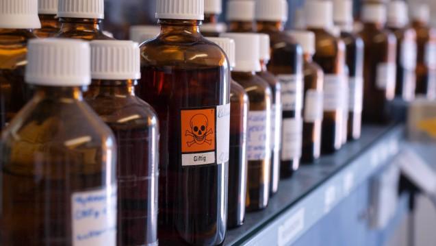 Es gibt neue Warnhinweise für Hilfsstoffe, mit denen auch Apotheken in Berührung kommen. (Foto:Kanusommer / stock.adobe.com)