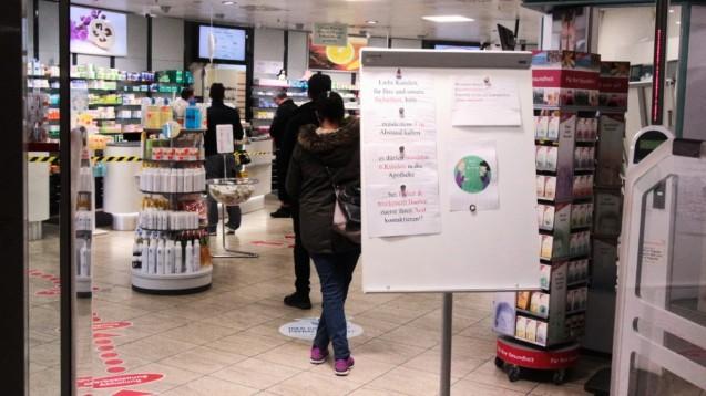 Welche Empfehlungen der Bundesapothekerkammer (BAK) zu Arbeitsschutzmaßnahmen bei Tätigkeiten in der Apotheke während einer Covid-19-Pandemie setzen die Apotheken um? (t/Foto: imago images / Ralph Peters)