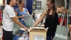 Hochkonzentriert: Die Azubinen beim Packen der Ersti-Tüten. (Foto: DAV)