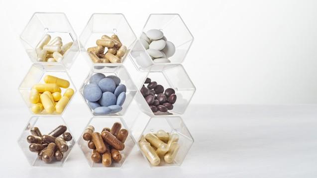 """Vitamine und Mineralstoffe in Nahrungsergänzungsmitteln: """"Viel hilft viel"""" ist hier sicher nicht immer die richtige Devise. (Foto: natagolubnycha / AdobeStock)"""