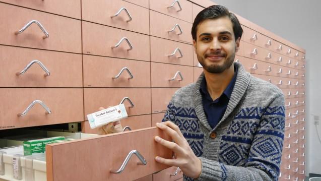Der syrische Pharmazeut Mohammad Alsaied aus Homs beim Praktikum in der Mohren-Apotheke in brandenburgischen Jüterbog. (Fotos: Josefine Sack)