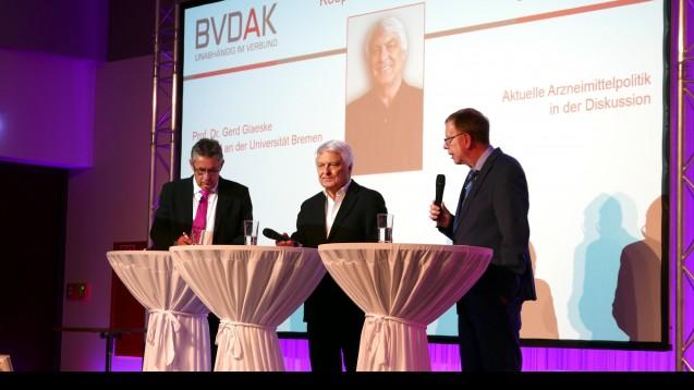 Glaeske ist überzeugt, dass die Preisbindung bei Arzneimitteln fallen wird. Von links: Dr. Stefan Hartmann (BVDAK), Prof. Dr. Gerd Glaeske, Klaus Hölzel (Management Institut). (Foto: DAZ / diz)