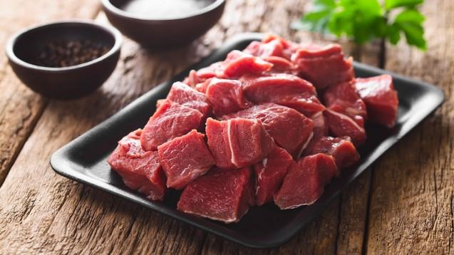 Um den Eisenbedarf zu decken, sollten tierische Produkte wie dunkles Fleisch und Leber oder Blutwurst bevorzugt werden. (Foto: Ildi / stock.adobe.com)