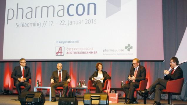 Dominique Jordan, Andreas Kiefer, Max Wellan und Maximin Liebl (v. l.) diskutieren über den Apothekerberuf. (Foto:  DAZ)