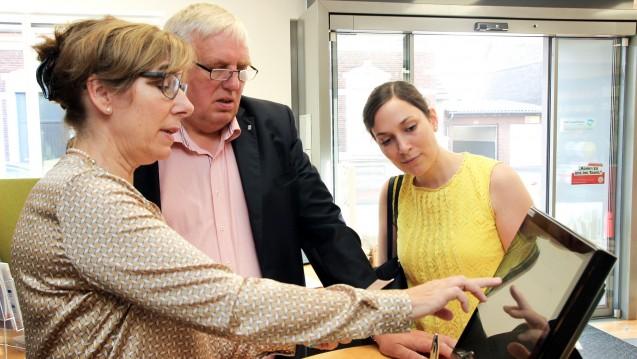 Gabriele Overwiening zeigt NRW-Gesundheitsminister Laumann und der Abgeordneten Heike Wermer, mit welchen Herausforderungen Apotheken tagtäglich konfrontiert sind. (m / Foto: AKWL / Sokolowski)