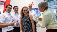 Mit gutem Vorbild voran: Die Vorstandsmitglieder des LAV BaWü Patrick Kwik (2. von links), Tatjana Zambo (Mitte) und Christoph Gulde (2. von rechts) ließen sich auf der Expopharm gegen Grippe impfen. (m / Foto: Schelbert)