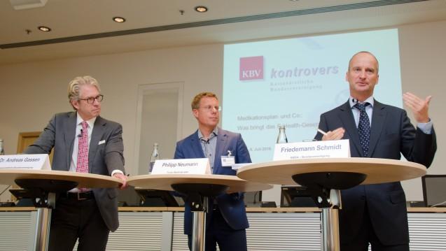 Andreas Gassen (li.) und Friedemann Schmidt (re.) diskutieren unter der Leitung von Philipp Neumann. Es soll kontrovers zugehen - und bleibt doch friedlich. (Foto: KBV/Grüneberg)