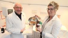Michael Becker und Katja Wutzke füllen in der Kronen-Apotheke Glühweingewürz ab. (Foto: Martin Büttner)