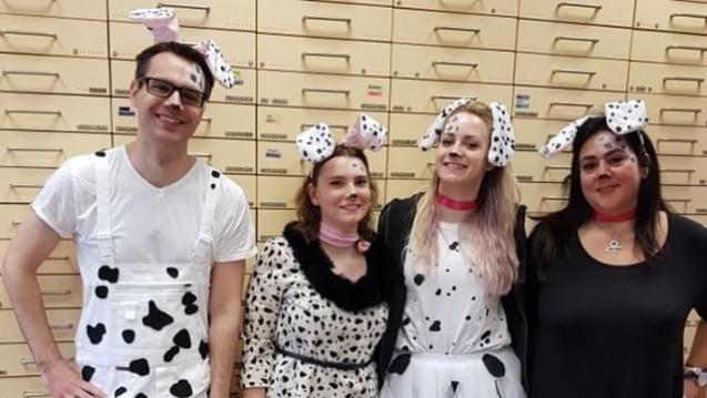 Dalmatiner-Look im HV, so wie hier das Team der Laurentius-Apotheke in Mönchengladbach? Besser vorab klären, rät Adexa-Juristin Minou Hansen. ( r / Bild: Laurentius Apotheke)