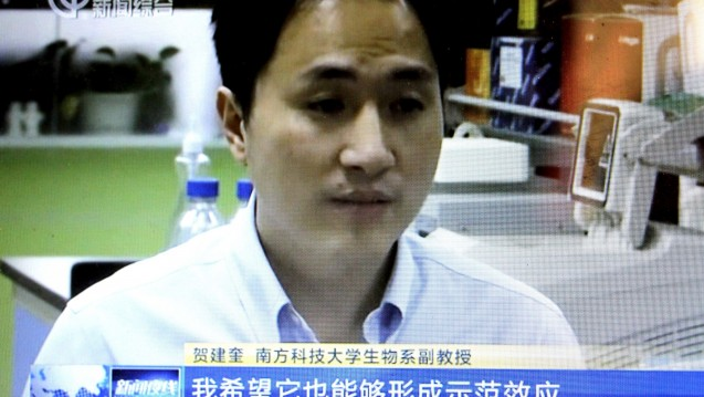 Der chinesische Forscher He Jiankuiwill mit der CRISPR/Cas9-Technologie das Genom menschlicher Embyronen verändert haben. (s / Foto: picture alliance/Chen Jialiang/Imaginechina/dpa)