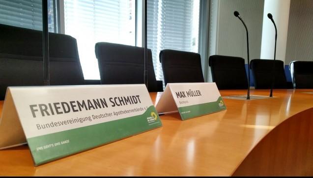 """Die Gesprächsatmosphäre war zwar überwiegend positiv, doch inhaltlich fanden Friedemann Schmidt und Max Müller keinen Konsens. Das dürfte nicht sonderlich überraschen. Also kein Traumpaar Schmidt-Müller. Der ABDA-Präsident und der DocMorris-Vorstand trafen sich diese Woche zu einem Gespräch im Bundestag. Thema: Rx-Preisbindung. Auch das dürfte nicht weiter erstaunen. Schmidt macht sich für die""""Rückführung des Versandhandels auf den OTC-Bereich"""" stark, Müller mahnt die Poltik, neue Versorgungsformen zu diskutieren, um strukturelle Gefälle bei der Versorgung auszugleichen. (Foto: Grünen Fraktion)"""