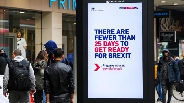 """In London wirbt eine Kampagne seit einigen Tagen dafür , sich auf den Brexit vorzubereiten. Noch vor wenigen Tagen sah alles nach """"no Deal"""" aus. Nun winkt möglicherweise doch ein geordneter Austritt. (r / imago images / ZUMA press)"""