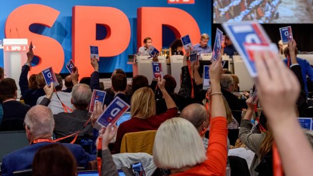 Die SPD trifft sich am kommenden Wochenende in Berlin, um über die Zukunft der Großen Koalition zu diskutieren. Es gibt aber auch einige für Apotheker spannende Anträge. (c / Hier ein Symbolfoto der SPD Berlin, imago images / snapshot)