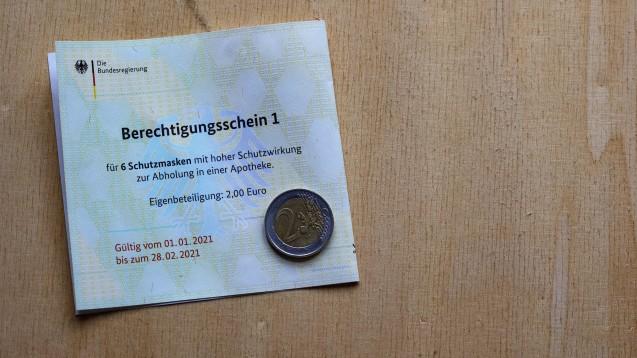 Die 2 Euro Eigenbeteiligung sind Pflicht. Eine Apotheke, die damit wirbt, auf sie zu verzichten, handelt nach Auffassung mehrerer Landgerichte wettbewerbswidrig. (Foto: IMAGO / photothek)