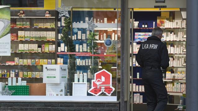 Sprengstoffexperten des LKA Nordrhein-Westfalen bei der Untersuchung eines verdächtigen Pakets in Köln. (Foto: dpa)