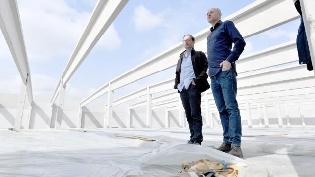 Hendrik Knopp (rechts), Geschäftsführer des Betreibers Aphria Deutschland  GmbH und Thorsten Kolisch, Baustellenleiter, stehen im Rohbau einer  Halle, in der künftig tonnenweise Cannabis angebaut und geerntet werden soll. (m / Foto: dpa)