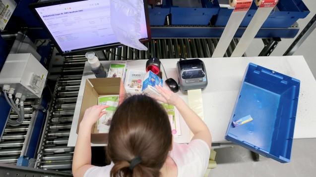 Päckchenpacken bei DocMorris. Boni für Privatversicherte dürfen die beigelegten Quittungen nicht verschwiegen werden. (b/Foto: dpa)