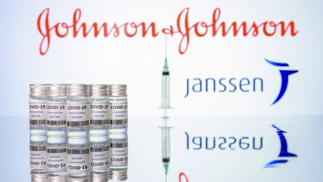 Johnson & Johnson war der dritte Pharmahersteller, mit dem die EU-Kommission einen Vertrag über die Lieferung eines möglichen Corona-Impfstoffs im Oktober 2020 abgeschlossen hat. Außerdem was es der vierte Corona-Impfstoff, bei dem die EMA ein Rolling-Review-Verfahren gestartet hatte. (Foto: IMAGO / Future Image)
