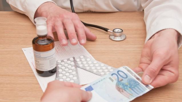 Ärzte, die Arzneimittel an Patienten abgeben? Bislang gibt es dafür in der Politik keinen klaren Zuspruch. (j/picunique / stock.adobe.com)
